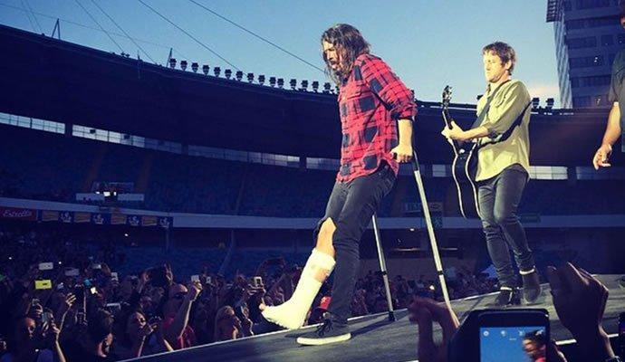 Dave Grohl con su pierna rota en el concierto en Suecia el 12 de junio